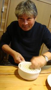 小川山荘での三村さん。レモン汁を作成中。2010年9月25日、西浦さん還暦祝いにて。