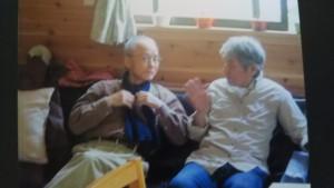 小川山荘で藤井さんと談笑する三村さん。2016年か2017年の夏、藤井さん提供。