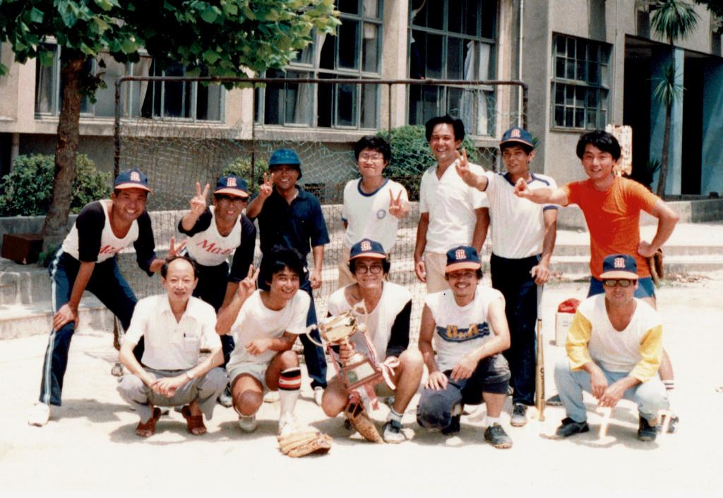 学内大会で優勝した時の数学科教官チーム (前列右から2番目が三村さん、左から2番目が著者)